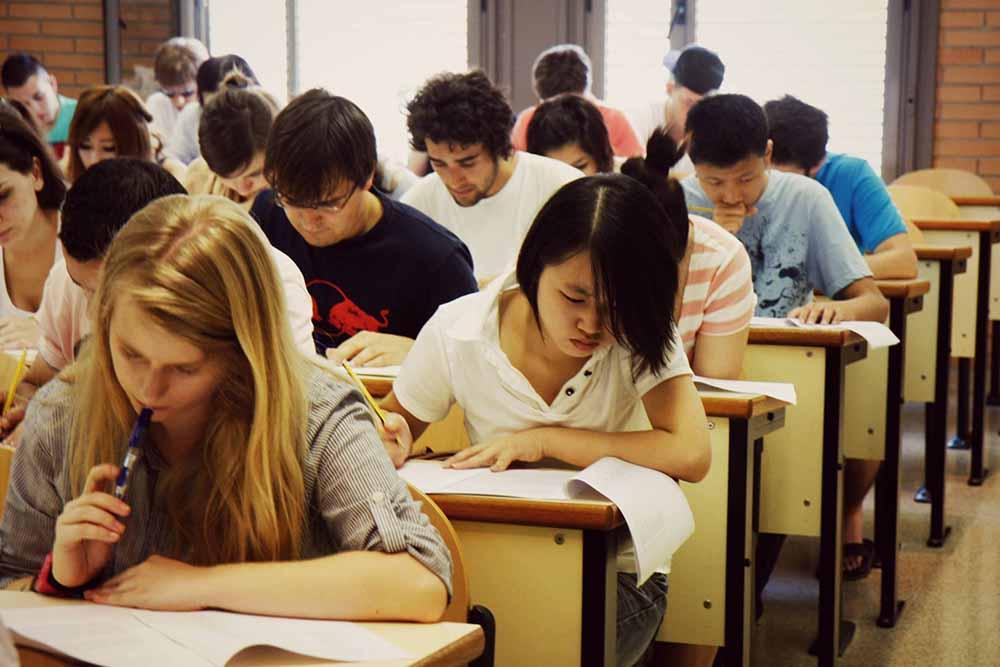 Classes de llengua castellana per a estudiants acollits pel Programa UB refugi